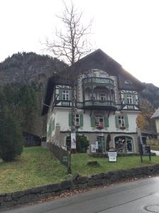 Hübsche Häuschen am Hang, wo es zum Schloss hinauf geht.