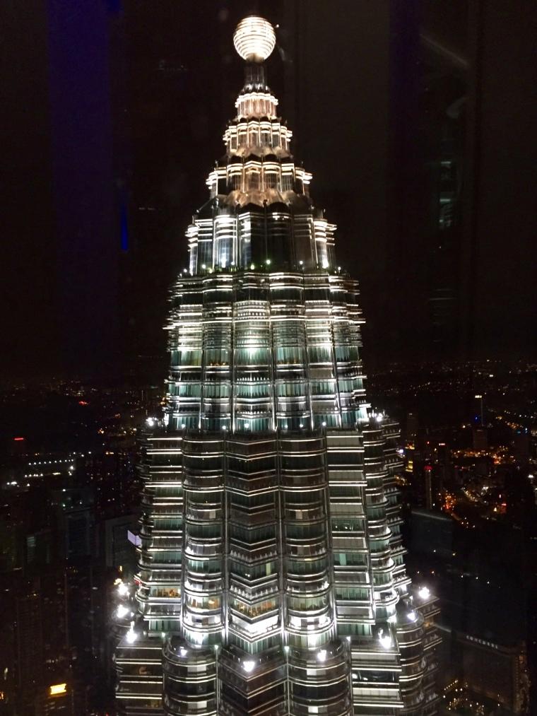 Die Aussicht aus dem einen Turm auf den zweiten der Twin Towers.